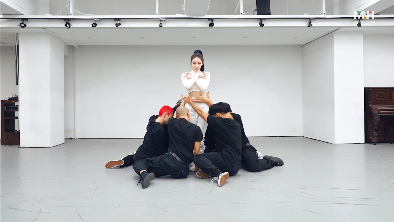 Kim Chungha Shows Beautiful Choreography of 'Stay Tonight' in Dance Practice Video