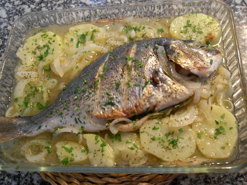 Dorada a la sidra con patatas.