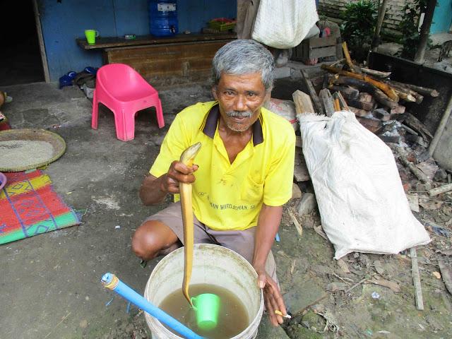 https://www.sukaratu.com/2021/01/Kesabaran-Nenek-Cileung-Sebagai-Pedagang-Bongko.html