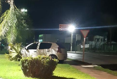 """""""BORA TOMÁ UMA?"""": Homem bêbado perde direção do veículo ao tentar  fazer contorno e sobe no canteiro de rotatória no Centro de Nobres"""