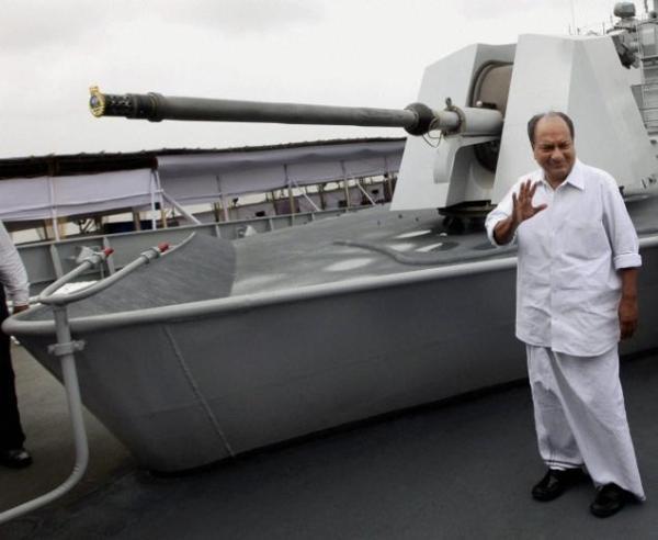 Menteri Pertahanan India AK Antony meninjau INS Sahyadri