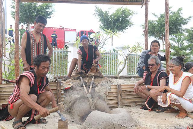 Lò rèn truyền thống với bễ thụt bằng da mang của người Tơ Đrá