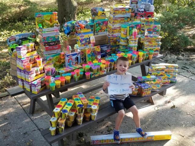 Исцеленный от рака мальчик в День рождения отправил 1000 игрушек детям