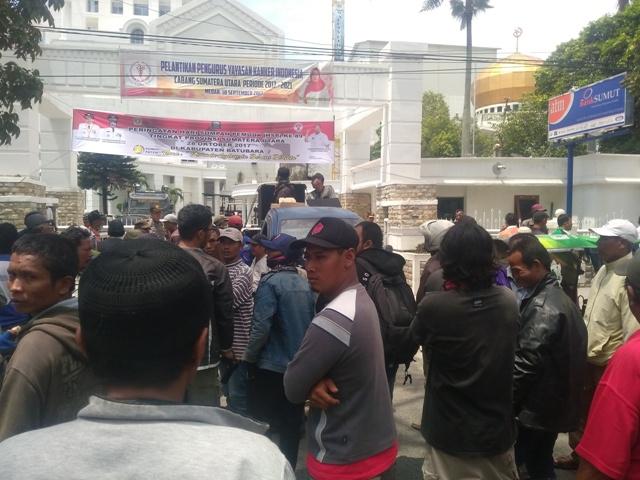 Ratusan Pengemudi Betor Unjukrasa ke Kantor Gubsu