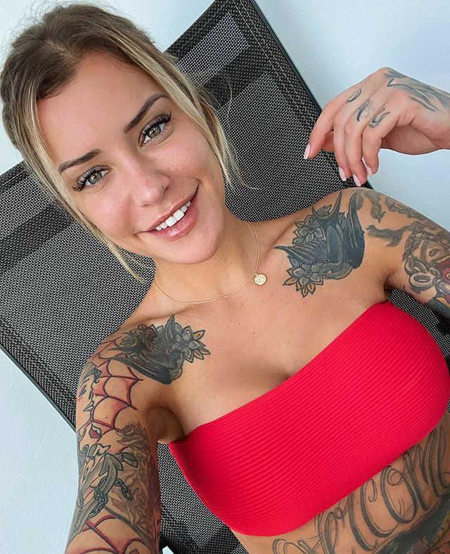 Imagen de la encantadora y sensual Modelo Laurence Bédard con tatuaje de día de los muertos en el hombro