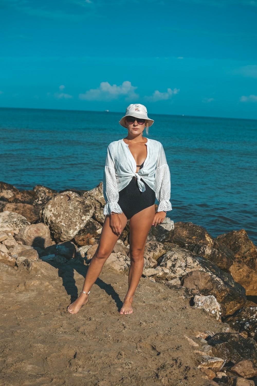 Biała koszula jako narzutka na plaże