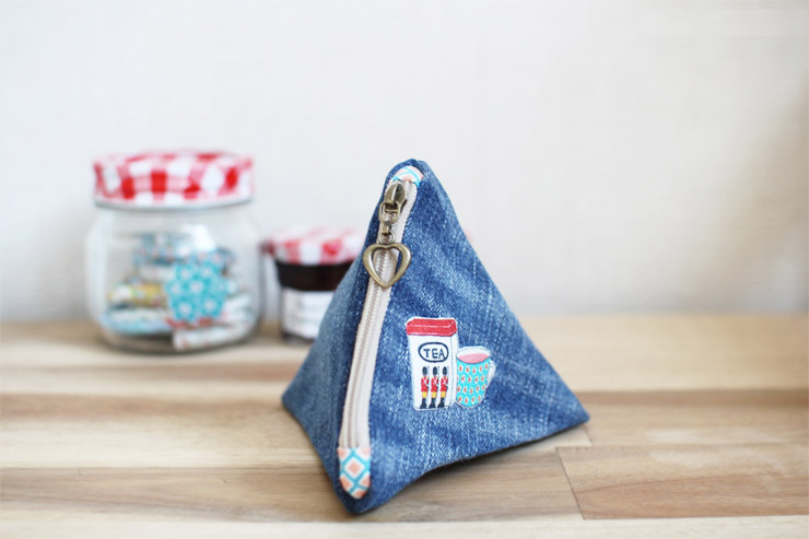 Make an easy denim triangle pouch. DIY tutorial in pictures.