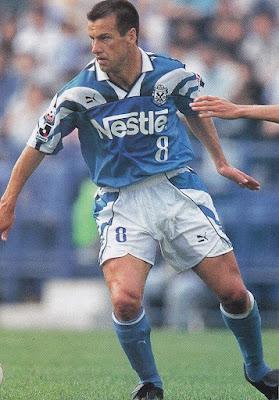 Foto de Dunga jogando com a camisa do Jubilo Iwata