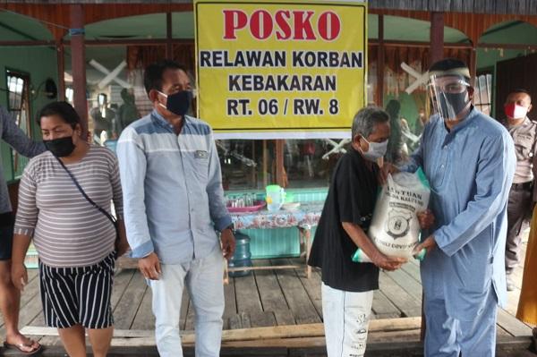 Warga Flamboyan yang Menjadi Korban Kebakaran Terima 50 Paket Daging dan 50 sak Beras serta 50 bungkus Minyak Goreng dari Polda Kalteng
