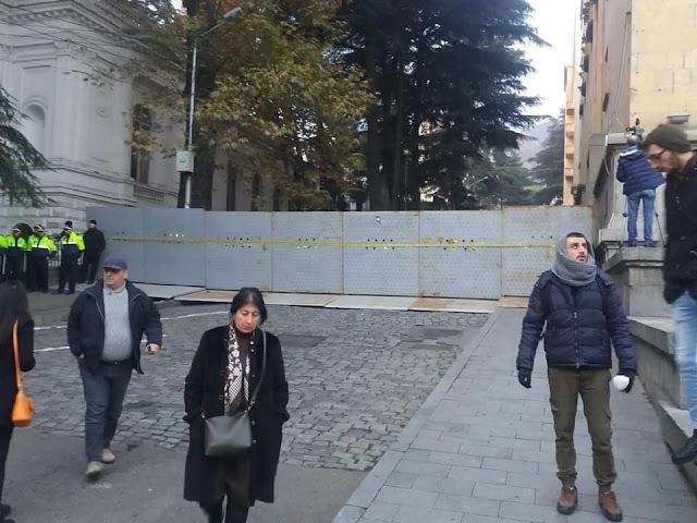 Власти окружили здание Парламента Грузии баррикадами
