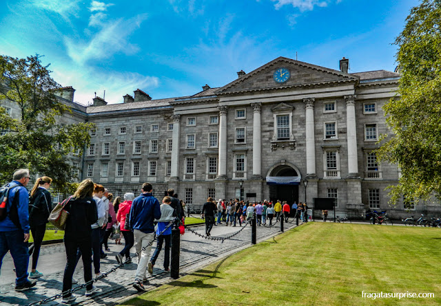 a entrada principal do Trinity College, Dublin