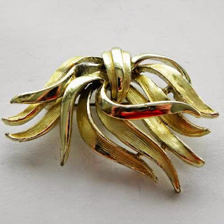 Wavy gold vintage brooch by Hollywood