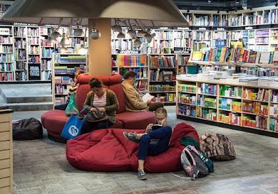 duduk di toko buku