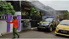 Antisipasi Lonjakan COVID-19, Polisi Lakukan Penyemprotan Disinfektan