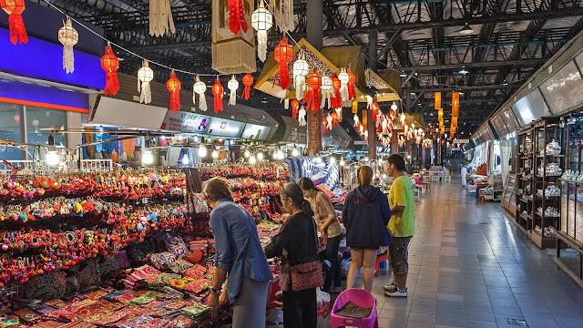 Du khách còn có thể chọn mua sắm ở những nơi nhỏ hơn dọc đường Chang Moi, bày những rổ đựng đầy những món hàng độc đáo từ những chiếc mũ dệt thủ công cho tới những chiếc chụp đèn, những chiếc gối hay ghế kê chân. Du khách có thể mua hàng tại các hội chợ như là một cách để giúp đỡ những người dân tộc miền núi Thái Lan, điển hình như Hội chợ Thương mại thủ công dân tộc Thái Lan ở gần bệnh viện McCormick.