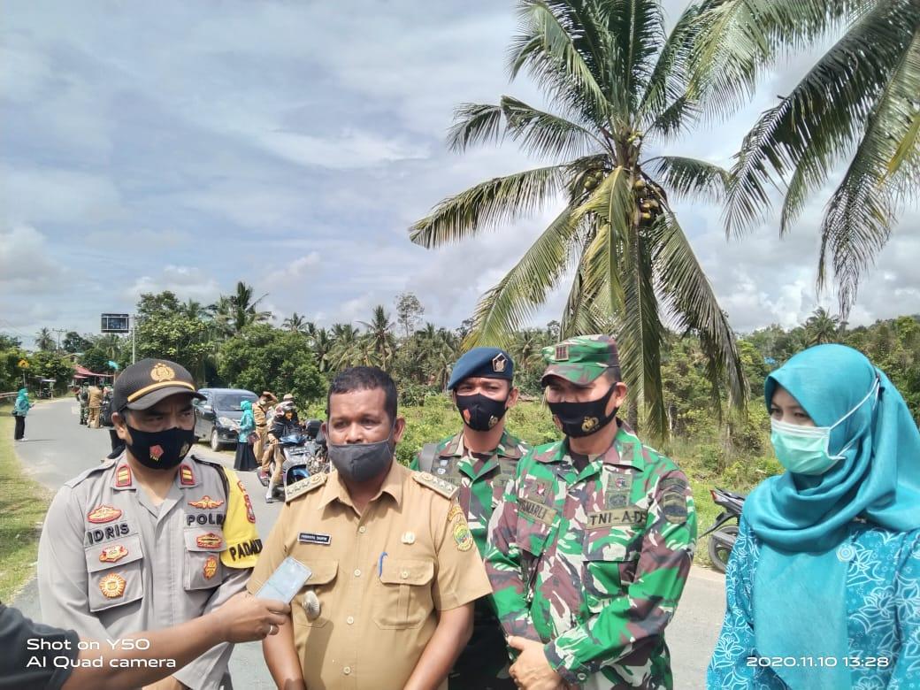 Camat Singkep Barat Bersama TNI-Polri Bagikan Ribuan Masker ke Masyarakat