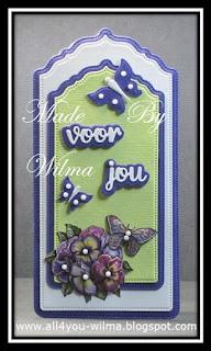 """Label/tag in paars, wit en lichtgroen met een 3d-plaatje van bloemen en een vlinder, 2 gestanste paarse vlinders en de tekst """"voor jou"""" met paarse schaduw. Label/tag in purple, white and light green with a 3d-image of flowers and a butterfly, 2 die-cut purple butterflies and the text """"for you"""" (Dutch words) with purple shadow."""