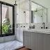 Banheiro com piso de madeira, mármore carrara e jardim de inverno!