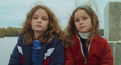 Joséphine Sanz (Nelly) y Gabrielle Sanz (Marion) aunque también podría ser al revés porque no las distingo