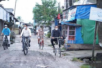 Dayung Sepeda bersama Istri, Bupati Inhil Lihat Kondisi Jalan di Tembilahan