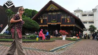 wisatawan di objek wisata Rumah Adat Aceh di Banda Aceh