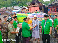 Peduli Korban Kebakaran di Desa Renda, Pengurus GP Ansor dan Banser Kobi Serahkan Bantuan