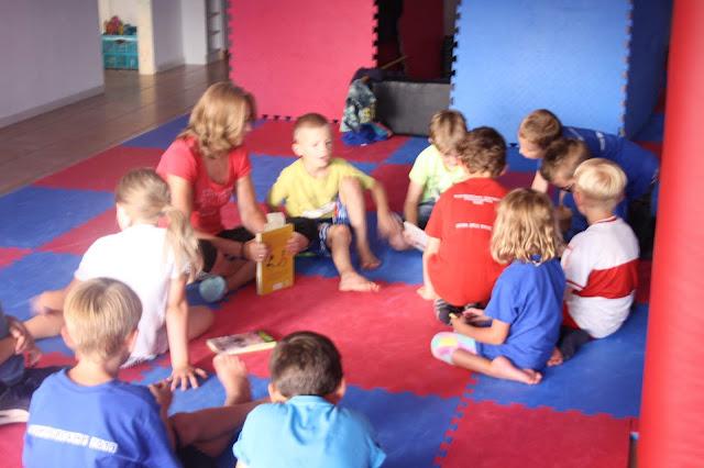 Lesestunde im Sommercamp