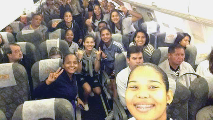 Jogadoras de futebol do Mixto no avião embarcando para jogo do Campeonato Brasileiro