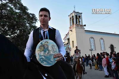 Ναύπλιο: Αναβίωσε το έθιμο της λιτανείας της εικόνας του Αγίου Γεωργίου με άλογα στα Λευκάκια (βίντεο)