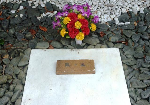 Tumba de Rosario de Acuña en el cementerio civil de Gijón (Archivo del autor)