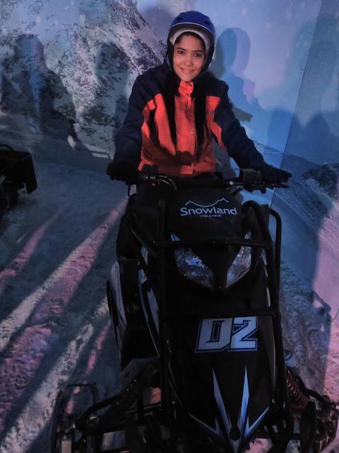 mulher em motocleta no gelo