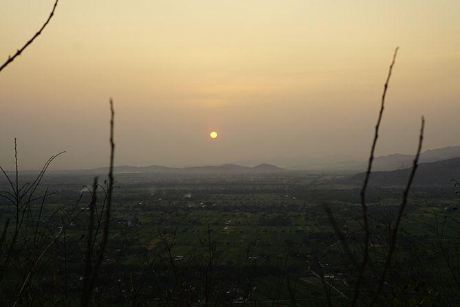 Menikmati sunrise dari perbukitan di dekat Candi Miri