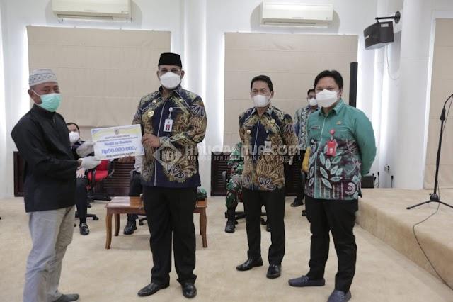 Pemprov Kalsel Serahkan Dana Hibah Rp 1,3 M untuk Kegiatan Keagamaan dan Pendidikan di Balangan