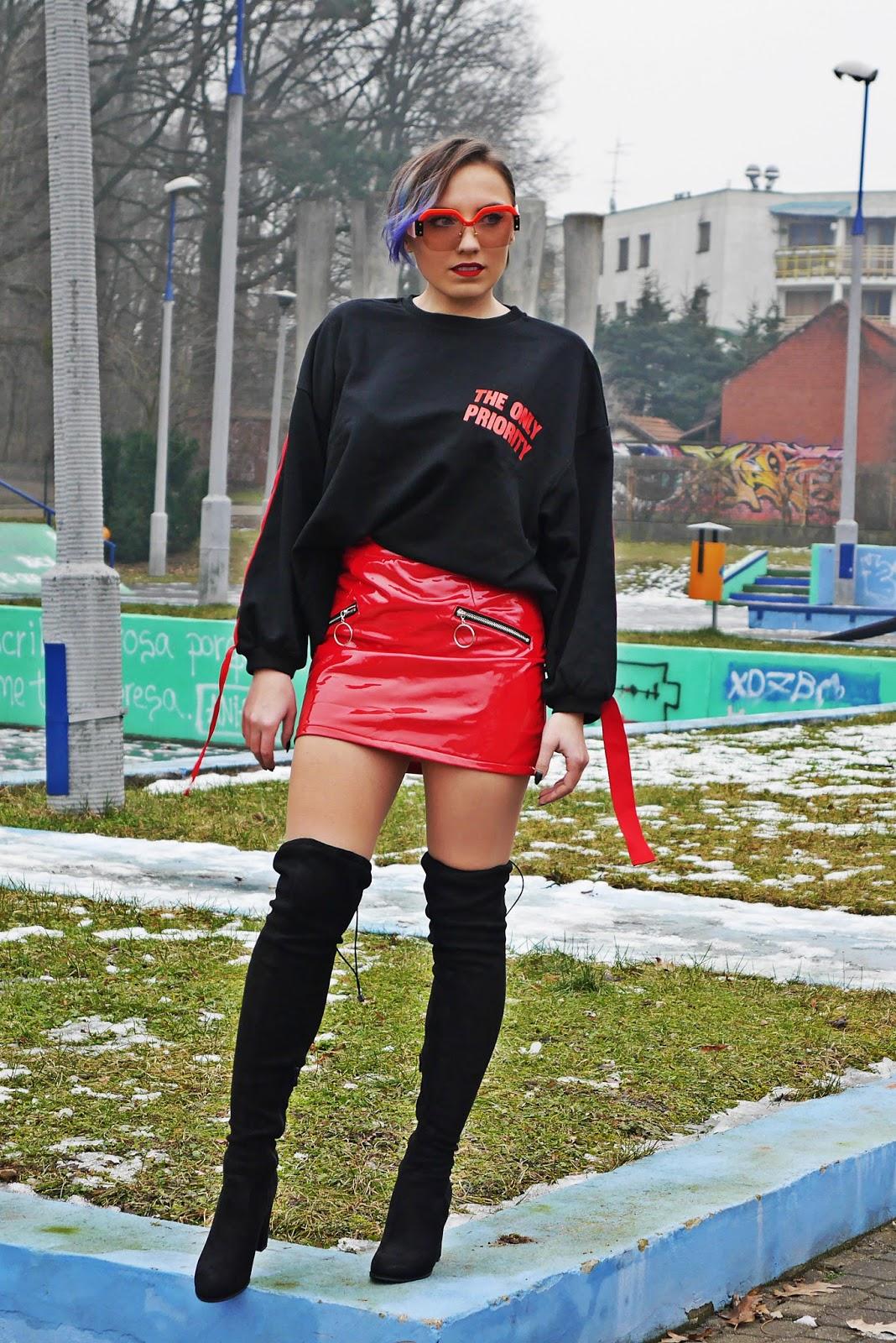 2_bluza_czarna_nadruk_spodnica_lakierowana_kozaki_renee_karyn_blog_modowy_280118wer