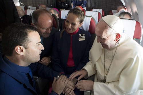 Pope-Francis-weds-couple-on-a-plane