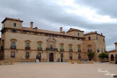 Palacio de Juan Hurtado de Mendoza, ubicado en la la Plaza Mayor de Almazán, es un bello edificio que data de finales del s. XV. Ha sufrido varias reformas su fachada mas antigua de estilo gótico es la que da al rio Duero