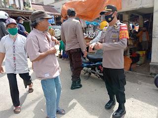 Polsek Alla Melaksanakan Patroli Dialogis, Sampaikan Pesan Kamtibmas ke Penjual Dan Pembeli Di Pasar Sudu