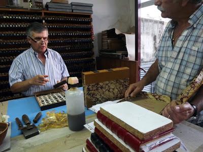 dois homens conversando com livros na mesa