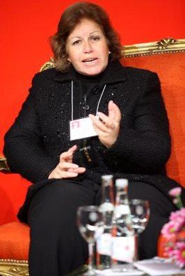 Lourdes Flores Nano conversando sentada
