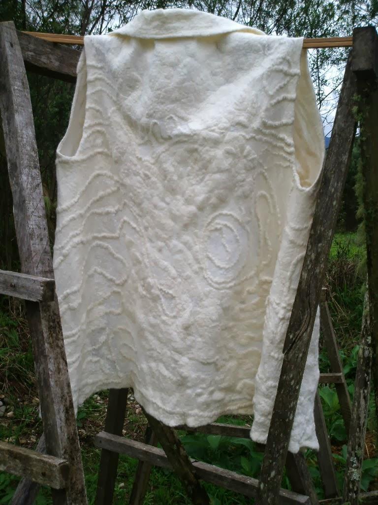 costas do colete branco feltrado