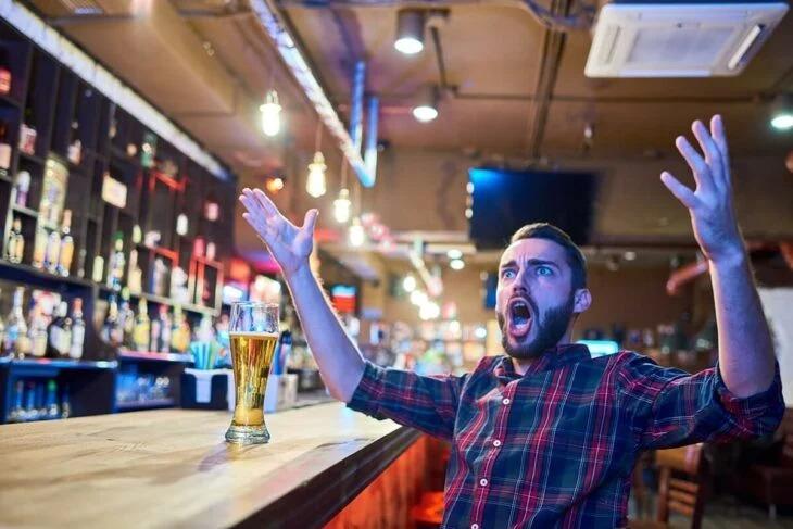 Hace demanda millonaria a bar por emborracharlo y ganó
