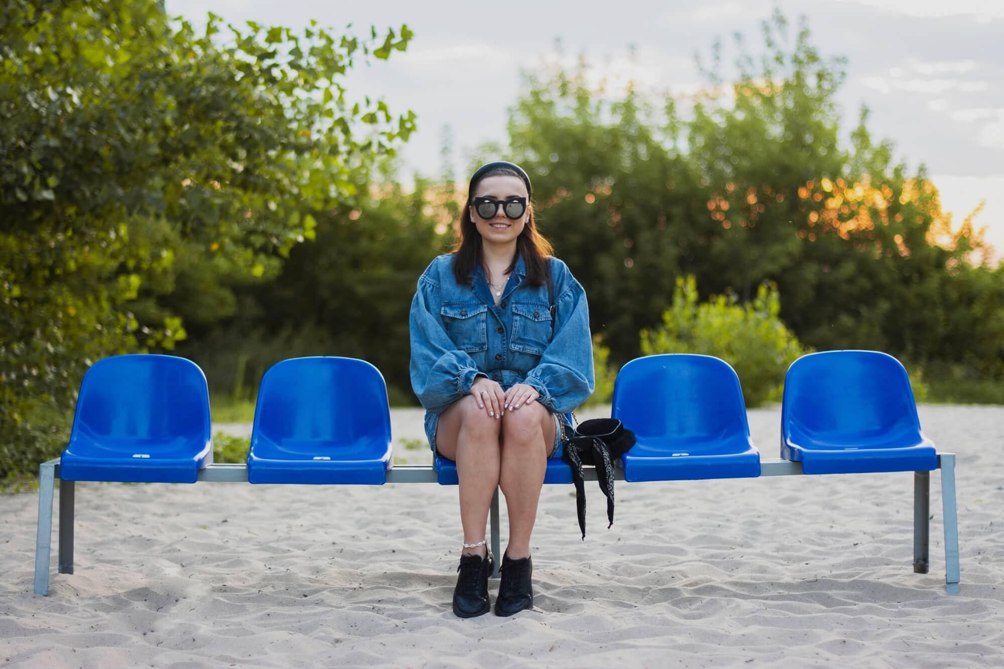 blog modowy blogerka modowa karyn puławy jeansowa sukienka z bufiastymi rękawami torebka renee femme luxe sesja zdjęciowa stylizacja okulary opaska duża weronika nitek foto