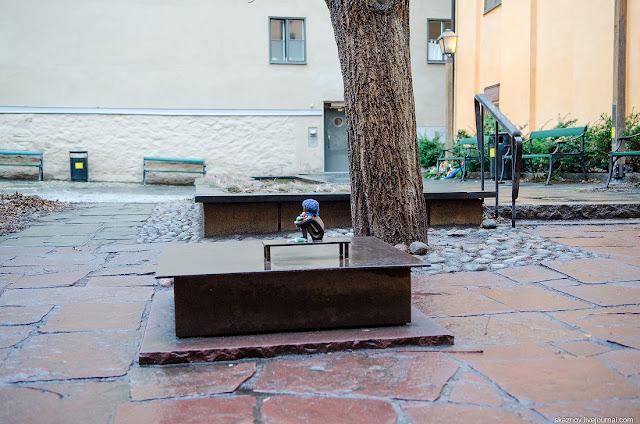 Pojke som tittar på månen,  Boy looking at the Moon,  Iron Boy,  Olle,  Järnpojke,  Sculptor Liss Eriksson,  smallest monument in Sweden,  Church Finska Kyrkan,