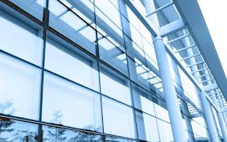 торговый центр со стеклянным фасадом