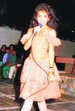 Foto de Shakira en el escenario de pequeña