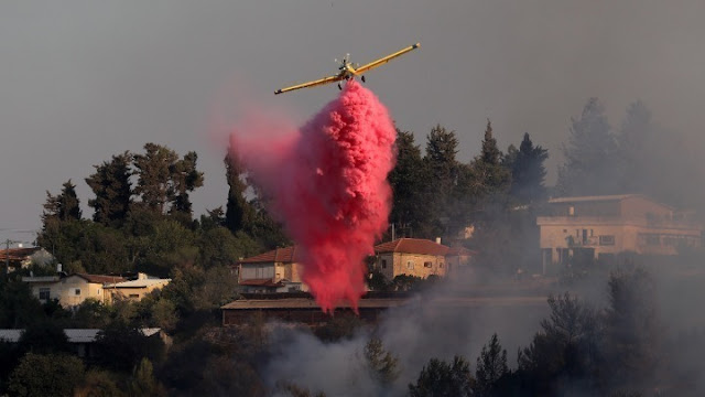 Μάχη Γάλλων πυροσβεστών για την κατάσβεση πυρκαγιάς στο Σεν-Τροπέ