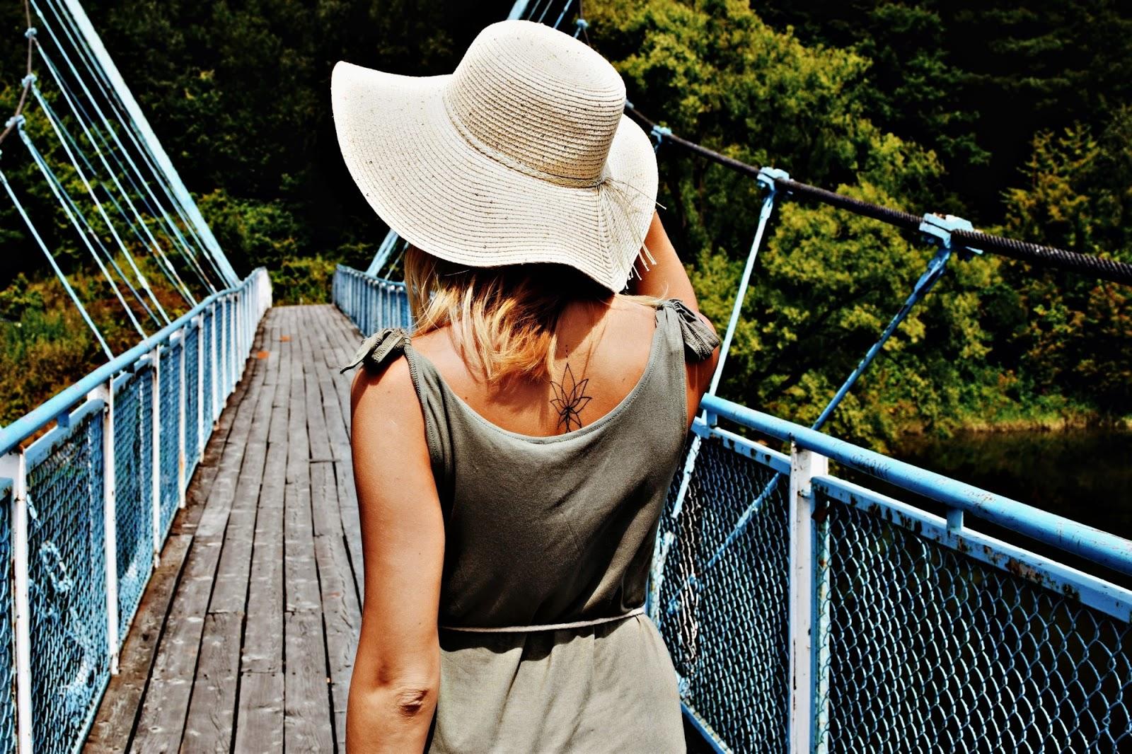 Sukienka shirtowa w letniej stylizacji