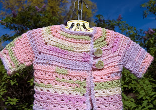 http://translate.googleusercontent.com/translate_c?depth=1&hl=es&rurl=translate.google.es&sl=auto&tl=es&u=http://www.mooglyblog.com/baby-in-bloom-broomstick-sweater-free-crochet-pattern/&usg=ALkJrhiJJDL_TXgCueZWZsznKd-HxU0KhA