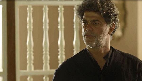 Murilo tenta impedir a entrada do povo no casarão (Imagem: Reprodução/TV Globo)