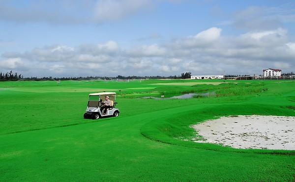 Chuỗi tiện ích cao cấp được đầu tư lớn như sân Golf 18 lỗ, trường đua chó hiện đại.